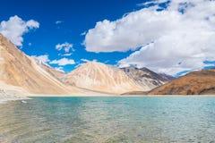 Landskap runt om Pangong sjön i Ladakh, Indien Arkivfoton