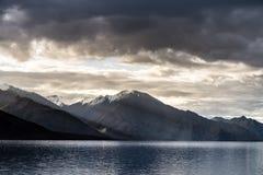 Landskap runt om Pangong sjön i Ladakh, Indien Royaltyfri Fotografi