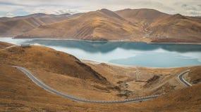 Landskap runt om Yamdrok sjön, Tibet Arkivfoton