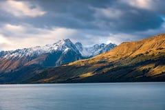 Landskap sikten av den Glenorchy hamnplatsen, sjön och moutains, Nya Zeeland Royaltyfri Bild