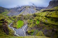 Landskap sikten av den Thorsmork bergkanjonen och floden, nära Sko Royaltyfria Bilder