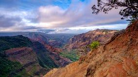 Landskap sikten av den Waimea kanjonen på soluppgång, Kauai, Hawaii Royaltyfria Foton