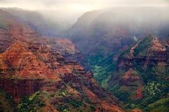 Landskap sikten av den Waimea kanjonen under dimmigt molnigt väder, Kauai Arkivfoto