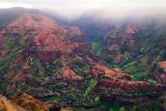 Landskap sikten av den Waimea kanjonen under molnigt väder, Kauai, mummel Fotografering för Bildbyråer
