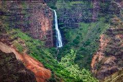 Landskap sikten av den Waipoo vattenfallet i den Waimea kanjonen, Kauai Royaltyfri Bild