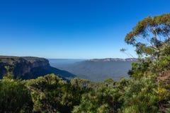 Landskap sikten av det blåa berget i Australien och blå himmel Arkivbild