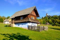 Landskap sikten av det gamla traditionella huset och slotten, Slovakien Royaltyfri Bild