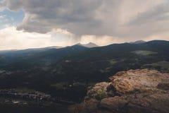 Landskap sikten av en storm över ett bergmaximum i Colorado fotografering för bildbyråer