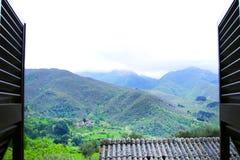 Landskap sikten av italienska berg på molnig dag Royaltyfria Bilder