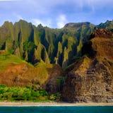 Landskap sikten av klippor för Na Pali och stranden, Kauai Royaltyfri Foto