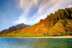 Landskap sikten av kustlinjeklippor för Na Pali och stranden, Kauai, Hawaii Fotografering för Bildbyråer