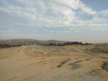 Landskap sikten av leriga volcanoes och horisonten royaltyfri foto