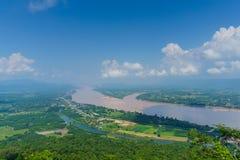 landskap sikten av Mekong River med bergskedjor på tw Royaltyfri Bild