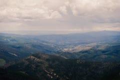 Landskap sikten av Minturn, Colorado med stormmoln uppe i luften arkivbilder