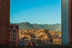 Landskap sikten av staden av caracas under solnedgång med blå himmel och avila Arkivfoto