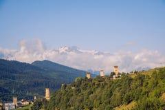 Landskap sikten av stenwatchtowers och berg i den Mestia byn, Georgia Royaltyfria Bilder