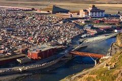 Landskap sikten av Yarchenen Gar Monastery med många hyddor för Royaltyfri Fotografi