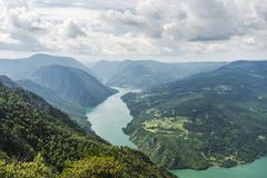 Landskap sikten från Banjska Stena på den Drina floden, berg, fördämningen och borde arkivbilder