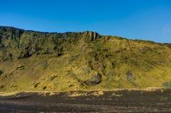 Landskap sikten med blå himmel och moln i Vik Iceland fotografering för bildbyråer