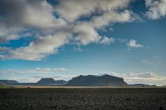Landskap sikten med blå himmel och moln i Vik Iceland arkivbild