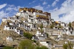 Landskap sikten på vägen till Thiksey den buddistiska kloster eller Thiksey Gompa nära Leh i den Ladakh vägen, Jammu and Kashmir, Royaltyfria Bilder