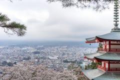 Landskap sikten uppifrån av den Chureito pagoden i Kawaguchi-knock-out, Arkivbilder