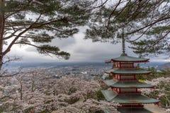 Landskap sikten uppifrån av den Chureito pagoden i Kawaguchi-knock-out, Royaltyfri Bild