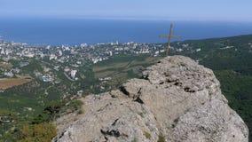 Landskap sikten vaggar på med ett kors i bergen stock video