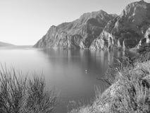 Landskap sjö av gardaen Italien Arkivfoton