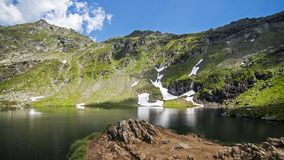 Landskap sjö i Carpathian berg, Rumänien arkivbilder