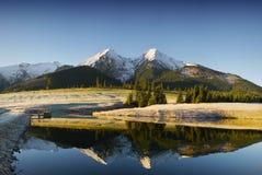 Landskap, sjö och äng för berg sceniskt Arkivbild