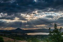 Landskap sjö och tungt moln royaltyfri bild