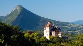 Landskap: slott och berg Royaltyfri Bild