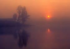 Landskap solig gryning, solstrålar i dimma Royaltyfri Bild