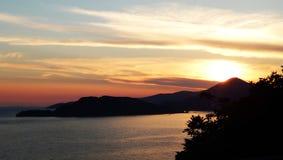 Landskap solnedgång, berg, hav Royaltyfria Bilder