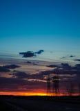 Landskap solnedgången över vägen och fältet Bilen på vägen Bakgrund arkivfoton