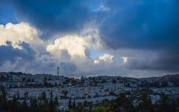 Landskap som är molnigt i moderna Jerusalem Arkivbilder