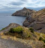 Landskap sommardag, Krim, berg, hav, Golitsyn slinga, udde Kapchik fotografering för bildbyråer