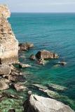 Landskap stenen seglar utmed kusten kvinnan vänder mot kamenbriag BG Arkivbild
