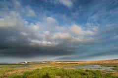 Landskap stor himmel för bilden med fyren i avstånd royaltyfria bilder
