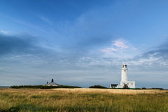 Landskap stor himmel för bilden med fyren i avstånd arkivfoton