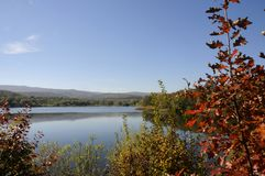 Landskap storartad färgrik sjö arkivbild