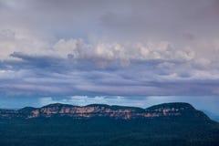 Landskap tagna blåa berg av Australien Arkivfoto