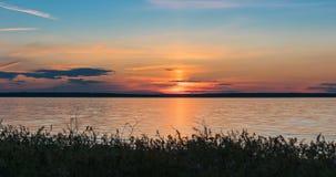 Landskap timelapse som är härlig efter guld- solnedgånghimmel över floden Volga 4k UHD lager videofilmer