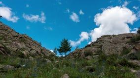 Landskap Timelapse UHD Härligt berg och blå himmel med vita moln lager videofilmer