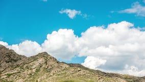 Landskap Timelapse UHD Härligt berg och blå himmel med vita moln arkivfilmer