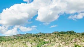 Landskap Timelapse UHD Härligt berg och blå himmel med vita moln stock video