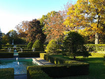 Landskap trädgårdar med springbrunnar i tidig nedgång royaltyfria bilder