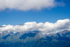 Landskap uppifrån av bergkabelbilen Aibga Rosa Khutor Arkivbild