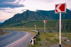 Landskap Vägen i bergen vänder till det vänstert Framåt av avbrott Fotografering för Bildbyråer